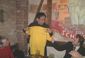 The first yellow jersey of the club travels to China. Sheng.